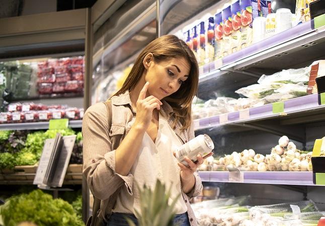 donna legge tabella nutrizionale