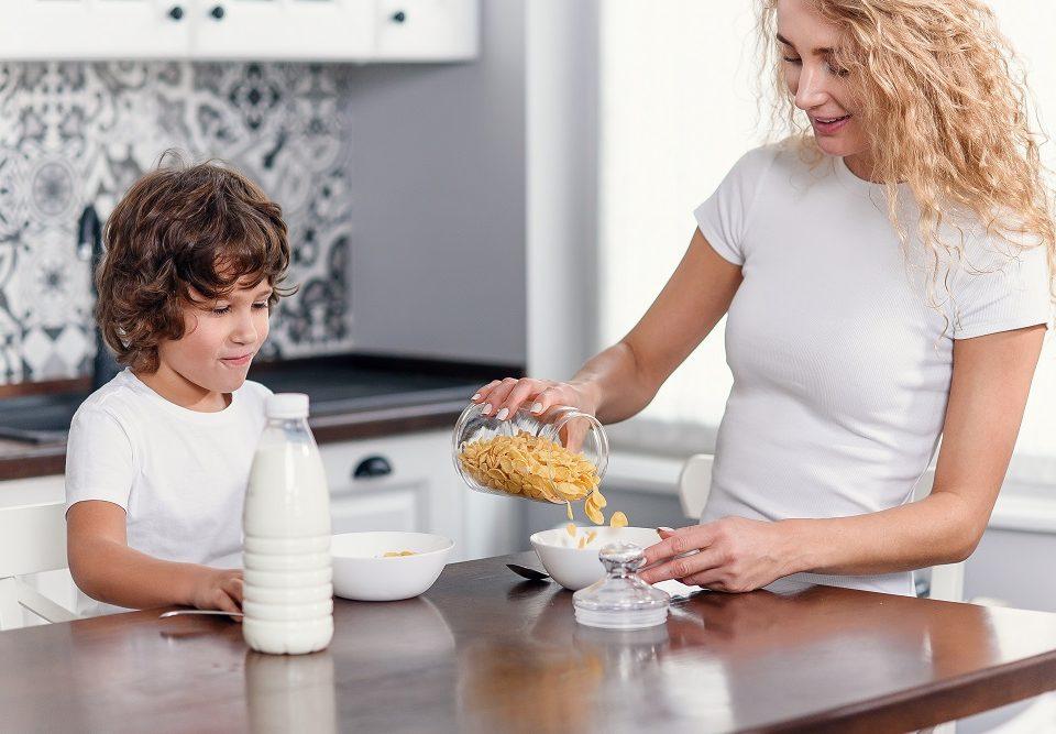 mamma e bambino fanno colazione con cereali