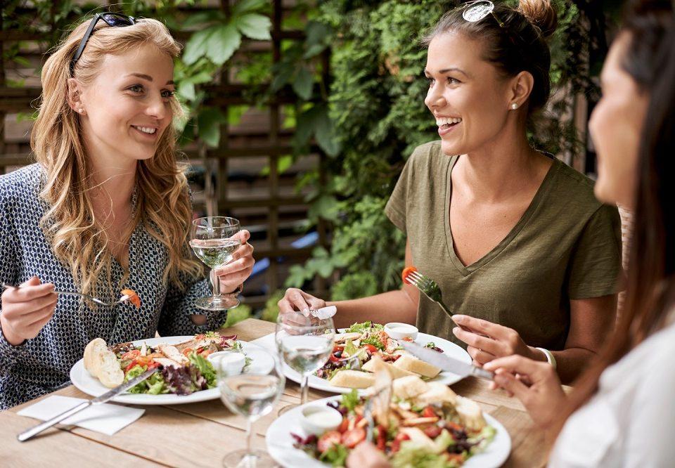 amici al ristorante per la riapertura